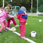 Kleinkinder beim Fußball